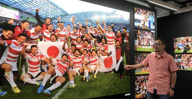 画像: 会場は日本代表の写真で埋め尽くされている。写真は、DMになった写真を撮影した長岡洋幸カメラマン