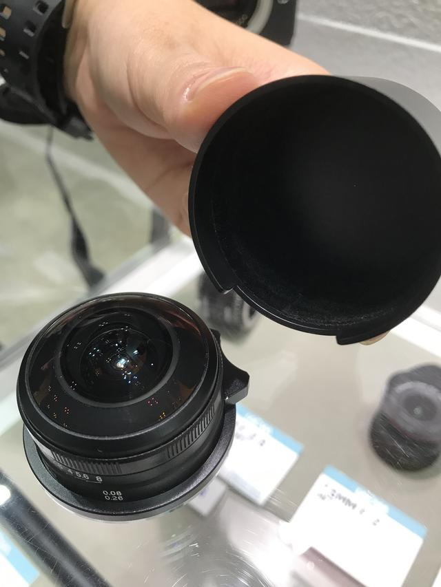 画像: かぶせ式のキャップがよくできている。キャップの内側には植毛され、下側の切り欠きは、レンズ側のフォーカスレバーにハマるようにできている。