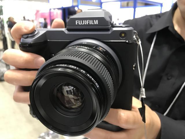 画像: 「ミラーレスカメラ体感コーナー」のGFX100。混雑時は手にするまで少し時間がかかったとのこと。二日目の午後はすぐにさわれた。