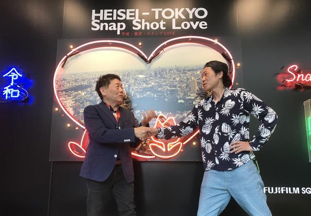 画像: オープニングのプレス内覧会で握手を交わすハービー・山口さんと元田敬三さん