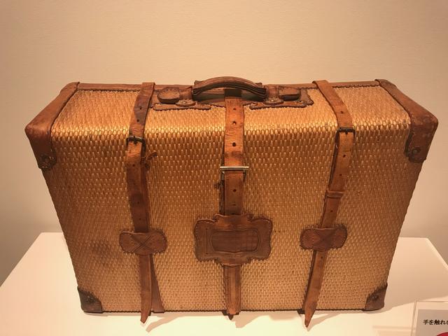 画像: ▲会場には使い込まれた柳行李のカバンも参考展示されていた。