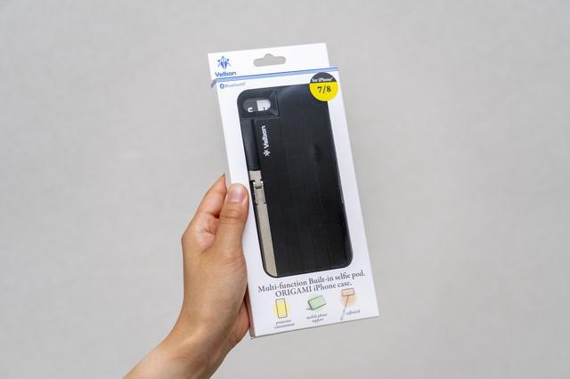 画像: iPhoneケースのパッケージに見えるが、自撮り棒がケースに付いている。対応機種は、iPhone7・8用、iPhoneX用がそれぞれラインナップされている。