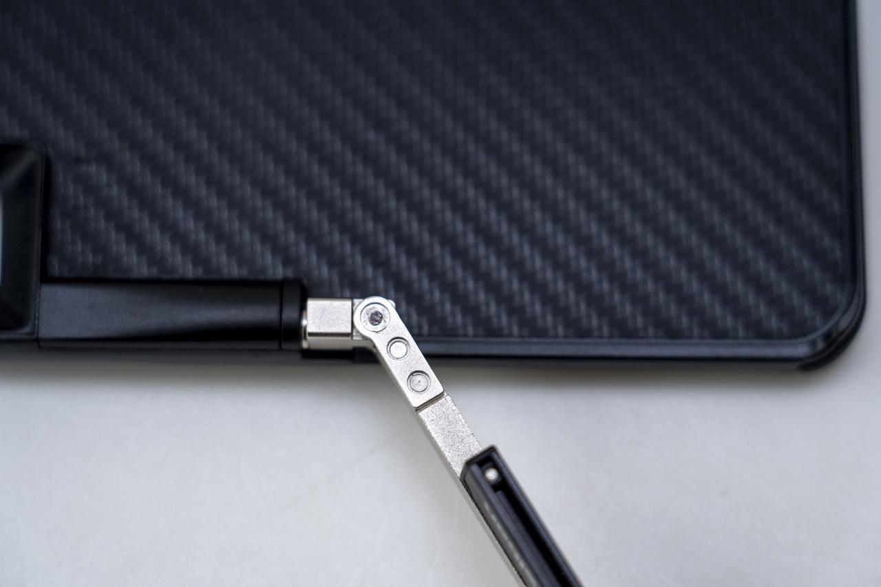 画像: ▲iPhoneケースと自撮り棒は、ヒンジを使って接続されている。一般的な自撮り棒の様な落下のリスクがかなり低い。