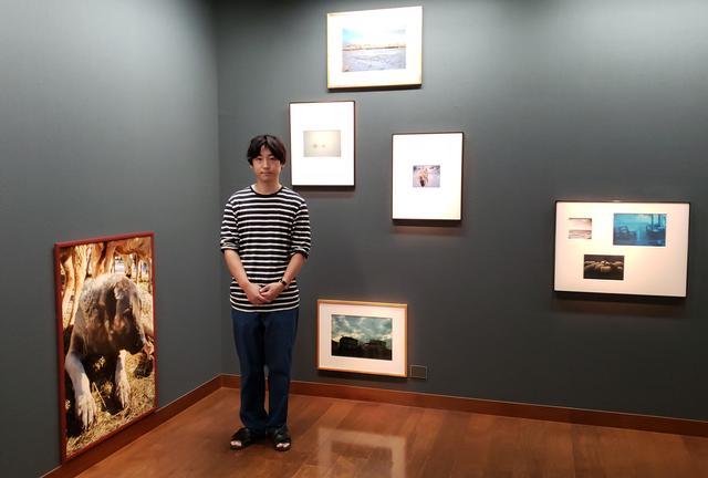画像: 写真家の猪原悠さん。写真家であり映画監督である若木信吾さんに師事し、猪原さん自身も作品を撮りながら、国内外の写真展への出展や、トークイベントを主催するなどこれからの活躍が期待されます。