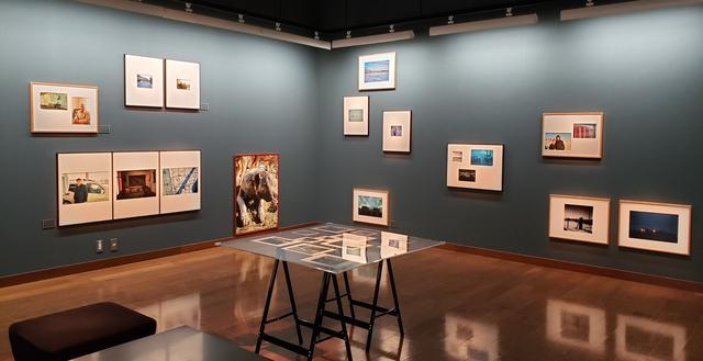 画像: 写真展会場の様子。猪原さんが今回の旅で撮影したカンガルや村の人々、ランドスケープなどの作品が展示されている。