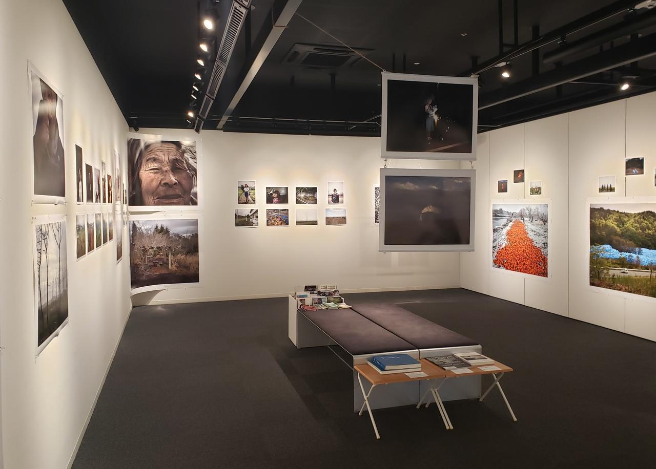 画像: 写真展会場の様子。写真展のタイトル「Blue Persimmons」は日本語で「青い柿」の意。