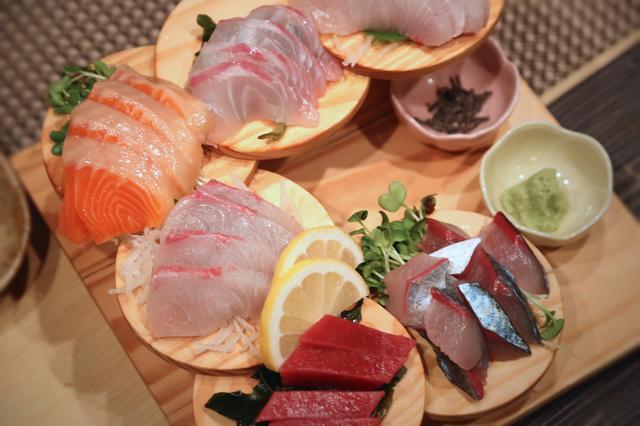 画像: 刺し盛りにイカ、もつ鍋など…豪華な料理の数々