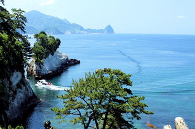 画像: 前回ふるさと部門グランプリ作品:真っ青な海に松の木や遊覧船が映え、ふるさとを思い出させる1枚。