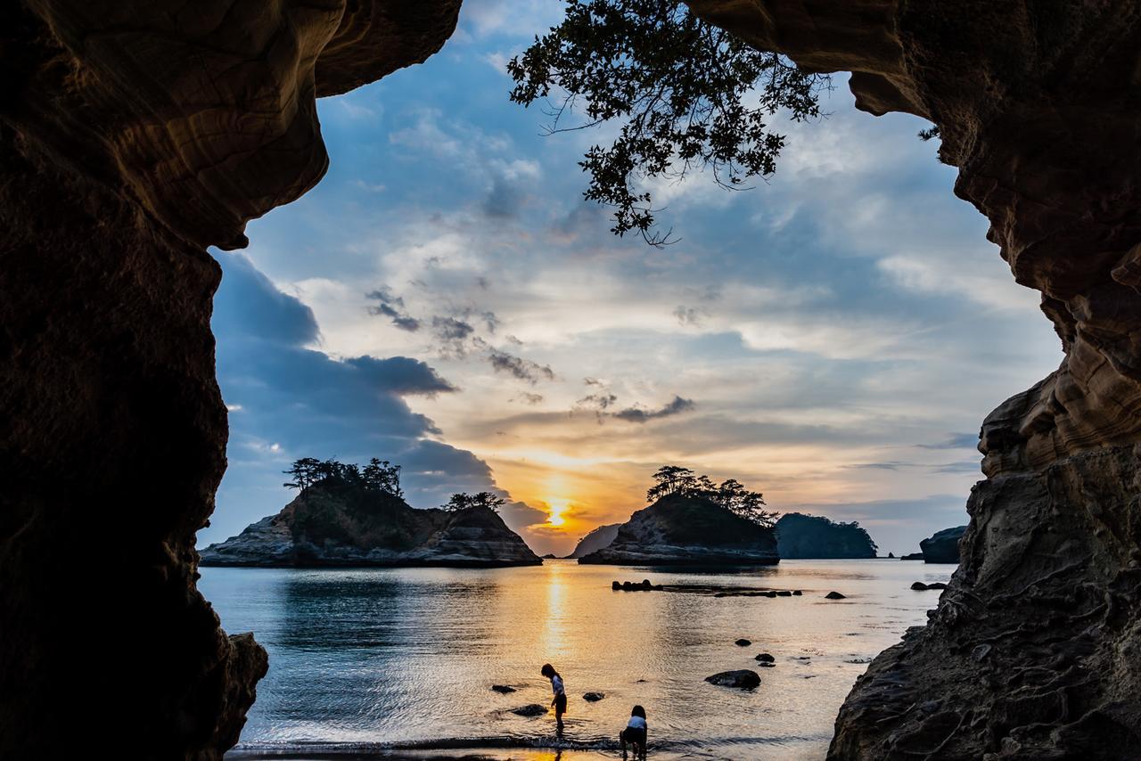 画像: 前回夕陽部門グランプリ作品:乗浜海岸にある小さな洞くつから撮影された幻想的な1枚。