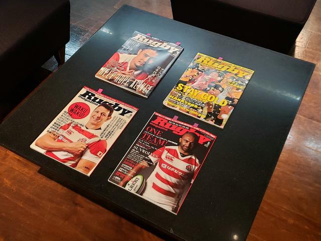 画像: ベースボールマガジン社発行のラグビー専門雑誌「ラグビーマガジン」。高塩さんが撮影を担当する人物もの企画「解体心書」が連載中。