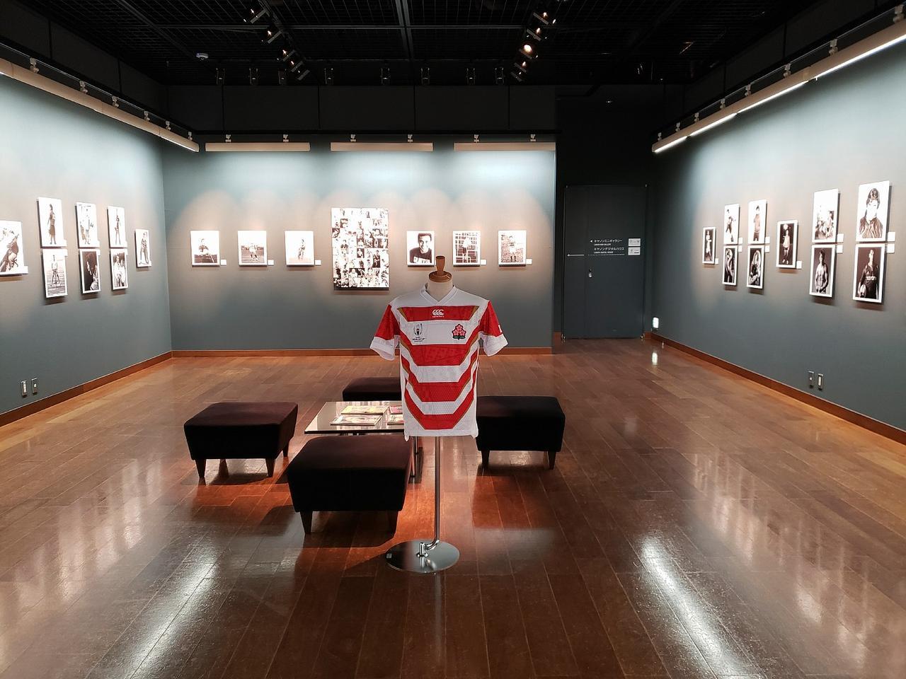 画像: 写真展会場風景。中央にはラグビー日本代表ユニフォームも飾られている。
