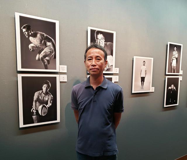 画像: カメラマンの高塩隆さん。高塩さんの撮影する選手の写真を見ていると、どうしたらこのようなポーズや迫力感、ありのままのリラックスした表情が撮れるのだろうと思わずにはいられませんでした。