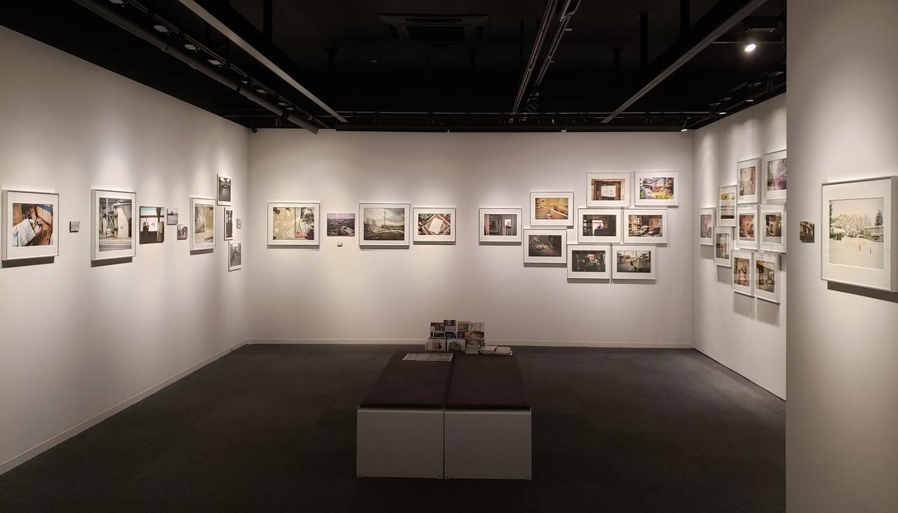 画像: 展示風景。 2017年より髙橋さんが北海道旭川在住の松本五郎さんと菱谷良一さんのところへ通い、お二人の 日々の生活にレンズを向け撮影を続けた写真と共に、過去の資料的なものも写真的に展示されています。