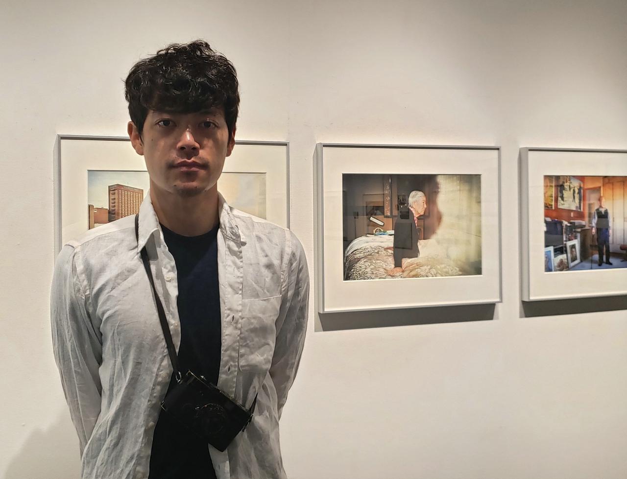 画像: 写真家の髙橋健太郎さん。 私は1941年に起きた「生活図画事件」をはじめて知りました。 本展を通じ、過去に起きていることは過去で終わりではなく、今現在でも同様のことが起こり得て、また起こり、未来にも繋がるということ、そして1人1人の身に突然何が起こるかは等しくわからないからこそ、今という日々をどのように過ごすのか、その自分の選択や心の姿勢が本当に問われていることを、今まで知らずにいたことを「知る」ことの大切さをあらためて感じました。