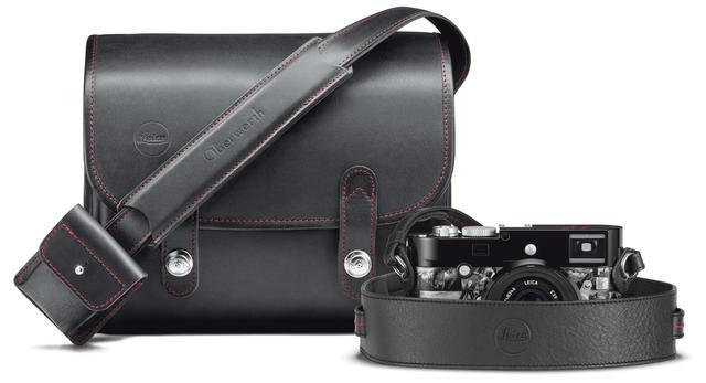 """画像: セット内容:ライカ M モノクローム """"Signature"""" 、ライカ ズミクロンM f2/35mm ASPH.、レンズフード、カメラストラップ、Oberwerth製のブラックレザーのシステムケース。"""