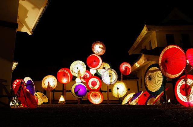 画像: ライトアップ特別夜には和傘の灯りも楽しめる