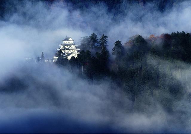 画像: 紅葉の名城は「天空の城」の顔も持つ