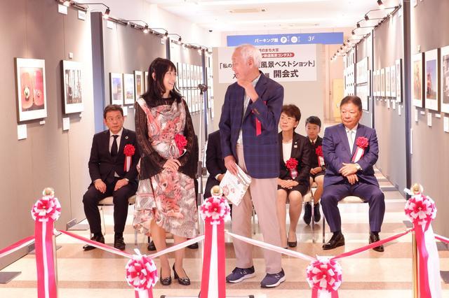 画像: 審査委員の鉄道写真家として著名な広田尚敬氏とフォトライターの矢野直美氏