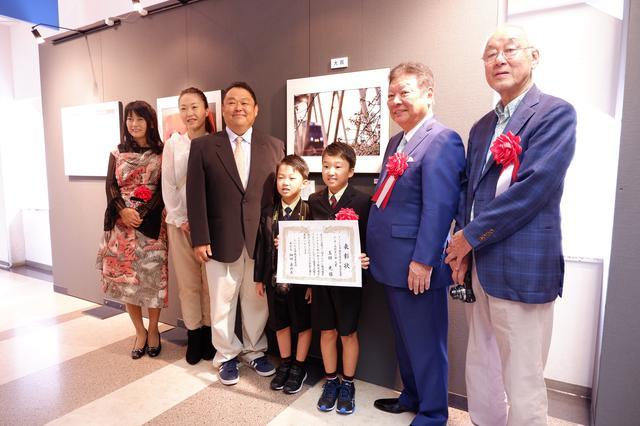 画像: 小・中・高校生の部の大賞を受賞した「玉田光さん」 玉田さんはまだ10才だ!作品のタイトルは「春の風景」