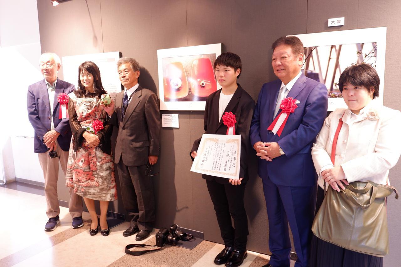 画像: ユーモアフォト賞を受賞した「三好春樹さん」三好さんもまだ12歳、将来が楽しみだ。作品のタイトルは「落ちる」