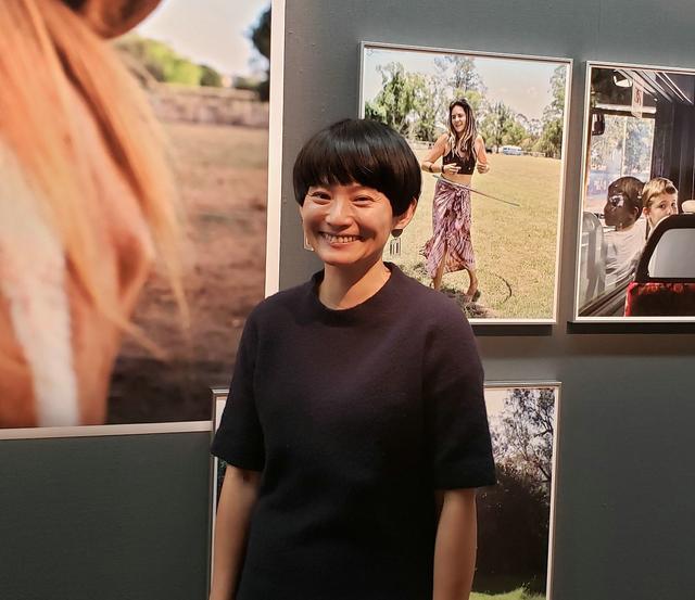 画像: 写真家、七咲友梨さん。「ポートレートを撮る時に緊張してしまうのですが…」と言った私に優しくまっすぐな笑顔を向けてくれた七咲さんでした。