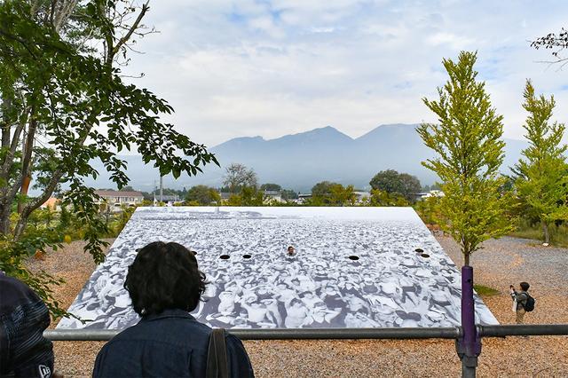 画像: 浅間山をバックにした「ウィージー」の屋外展示。