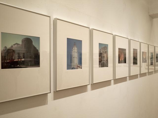 画像: モノクロ作品が中心だが8×10で撮影されたカラーのポラロイドによる作品も展示されている
