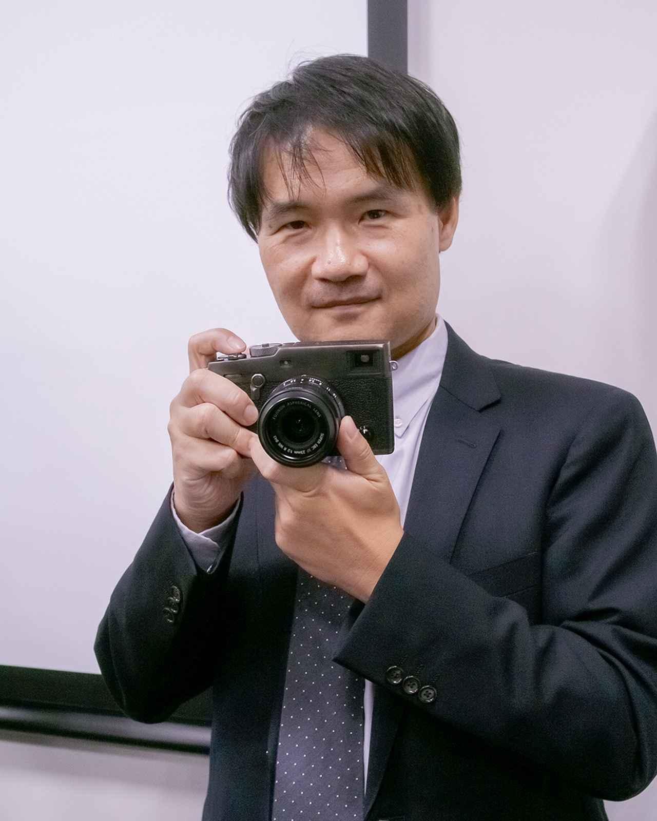 画像: 「Duratect」仕上げの「DRブラック」モデルを手にする、X-Pro3の商品企画責任者の上野隆氏。