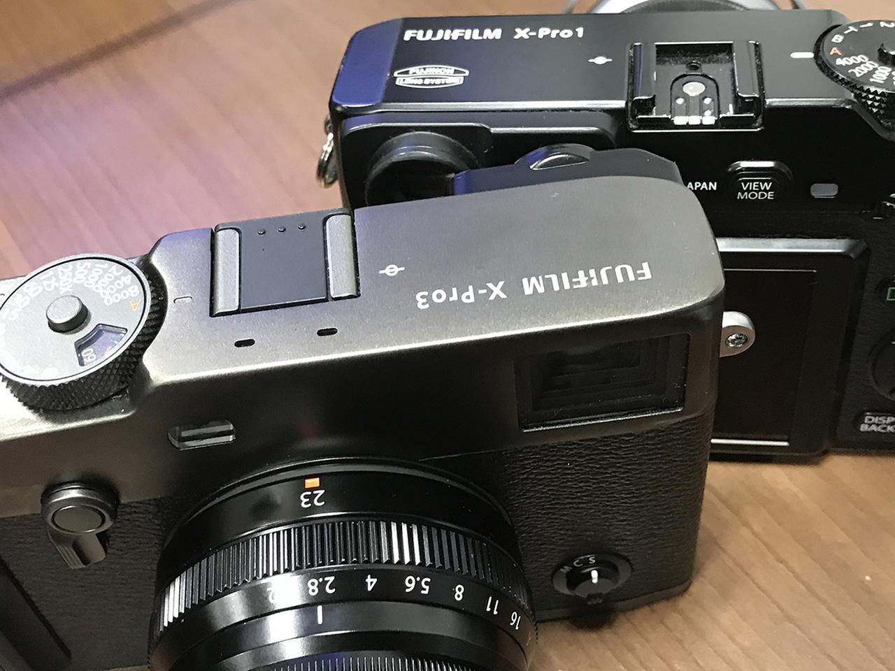 画像: 後列は、編集部・金城が愛用する初代モデル「X-Pro1」。大きさ、基本デザインは、8年前の初代モデルからほぼ変わらない。