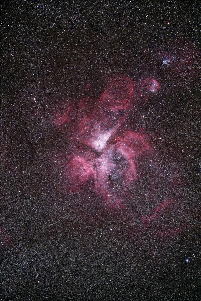 """画像: エータカリーナ星雲(キヤノン提供) 上記画像は""""EOS Ra""""で撮影し、キヤノンの画像編集ソフトウエア「Digital Photo Professional」で編集して作成"""
