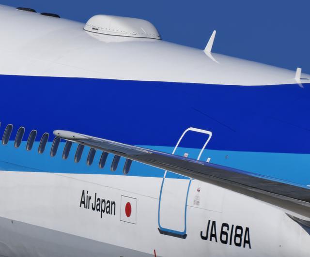 画像: ▲上の写真を拡大してみる後部扉の「EXIT(出口)」の文字、機体上部のリベットまで高精細で捉えている。