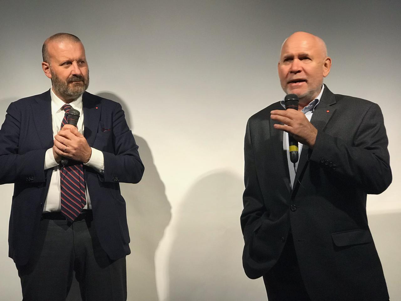 画像: ▲マグナム・フォトグラファーのスティーブ・マッカリー氏(写真右)がライカSL2を使った印象などを語った。左はライカカメラ社のグローバルマーケティングディレクター、アンドレア・パチェッラ氏。