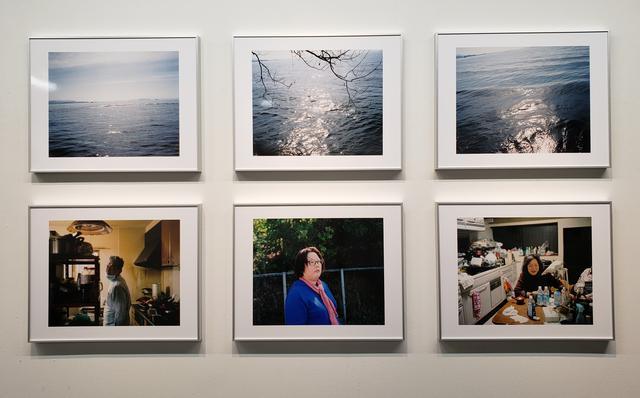 画像: 展示作品より。川崎さんの故郷である滋賀県長浜市。川崎さんの実家から、少し離れた郊外にある湖。その湖の水面が静かに揺らいでは変化していくその間合い。そして実家で日常生活を送るご家族の、瞬間と瞬間の間に垣間見える表情がどこか似ているようで印象的でした。