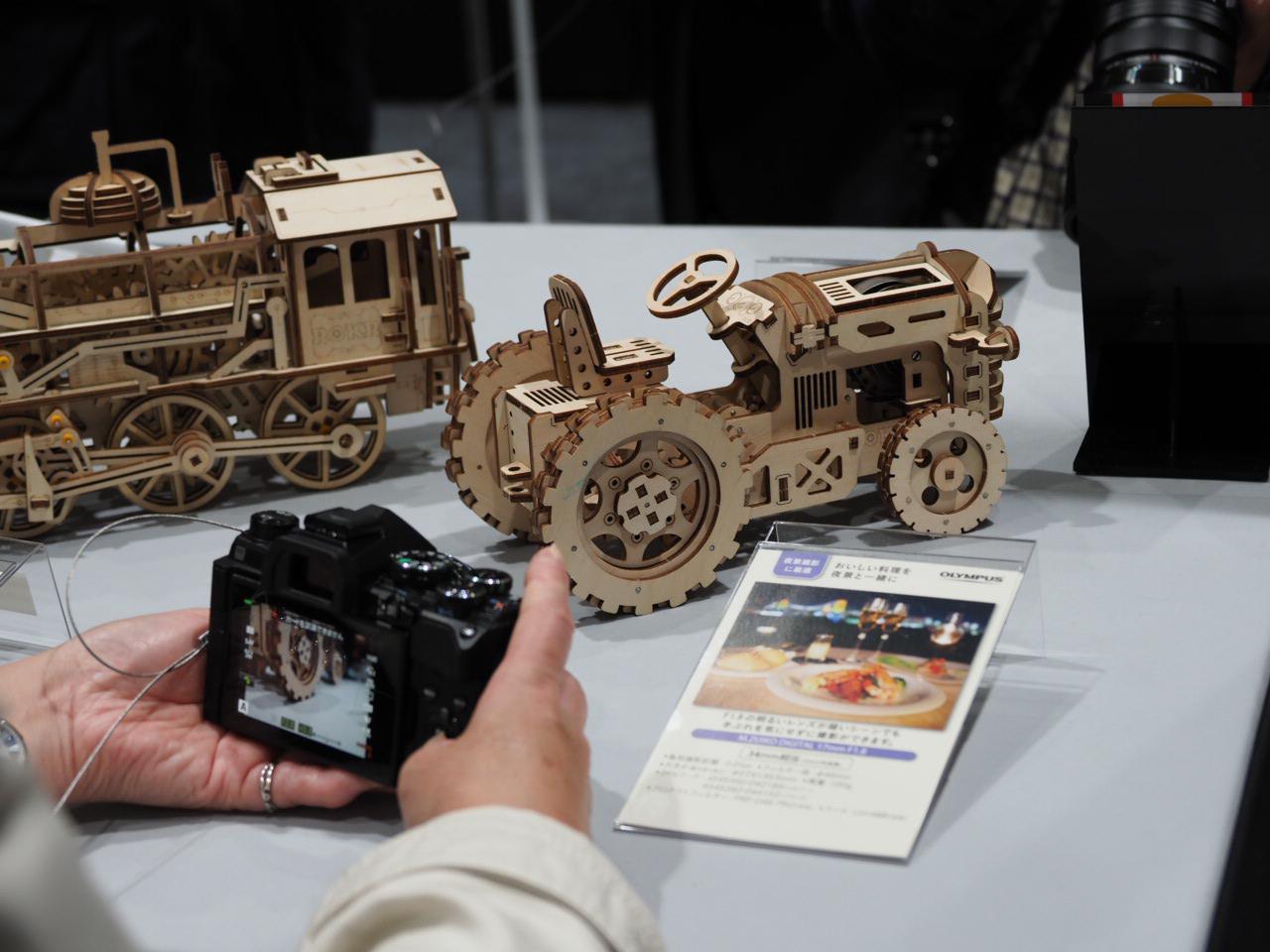 画像: ▲こちらはレンズのタッチ&トライコーナー。M.ZUIKO DIGITAL !7mm F1.8を女性の方が試されていました。