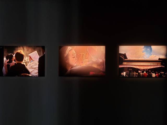 """画像: 展示作品より。岩手県住田町では、現在も伝統的な慶事や奇祭""""水しぎ""""をはじめ、風習の継承を大切にしているそうです。(*""""水しぎ""""は、江戸時代から住田町世田米に伝わる火伏せの奇祭。毎年1月24日に行われる。)"""