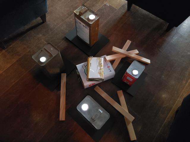 画像: 会場中央に置かれているのは、ブリキの空き缶と木の棒、使わなくなったiPad。 「今回の写真展のハイライトです!」と田上さんが言う空き缶の注ぎ口を覗き込んでみると、なんとそこには…。