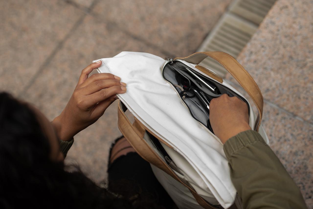 画像: ▲小物を収納できるフロントポケットも備える。