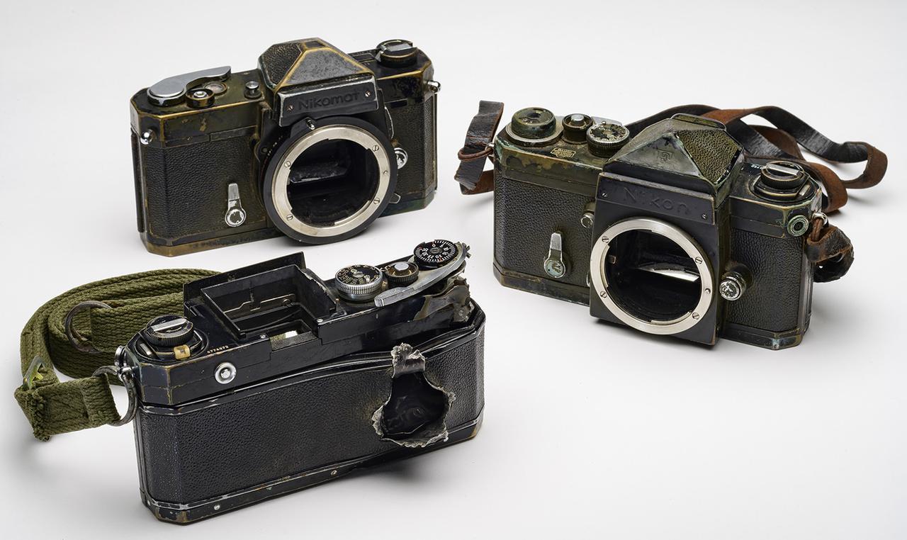 画像: 一ノ瀬泰三が戦場で使用したニコンのカメラと、被弾した「ニコンF」。 1972年10月下旬、ベトナムの戦場で取材中に被弾し、銃弾がカメラを貫通。泰造は右手に軽傷を負った。