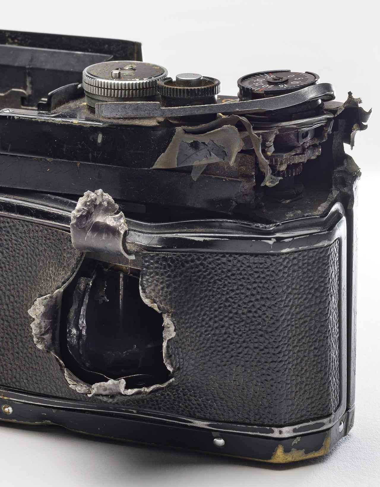 画像: 「ニコンF」に残された、凄まじい被弾の痕