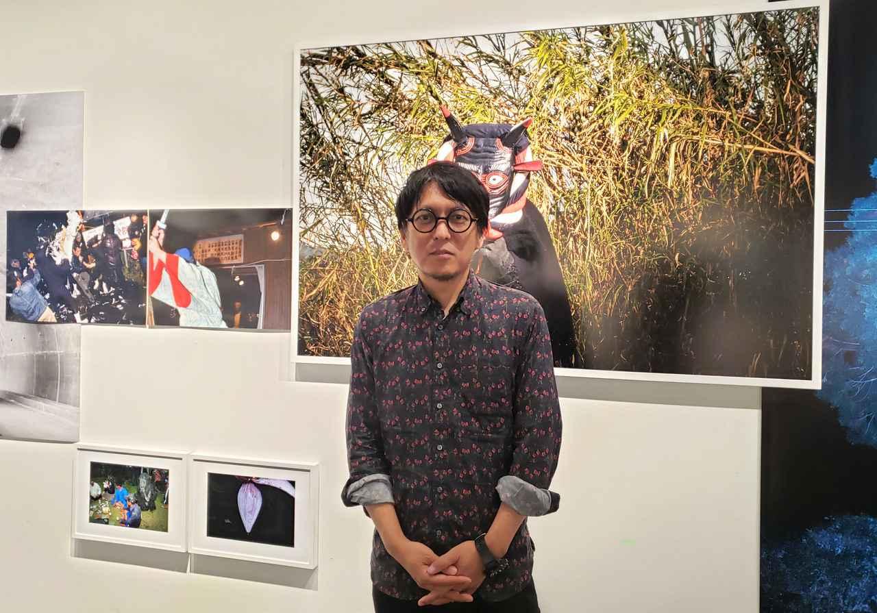 画像: 写真家の小林紀晴さん。 小林さんの故郷、長野県諏訪で数え年の7年毎に開催する「御柱祭」の起源は、平安初期の桓武天皇(781~ 806)の時代にまで遡るともいわれ、小林さんのお祖父さんやお父さん、そして小林さんご自身も氏子として参加されていたそうです。