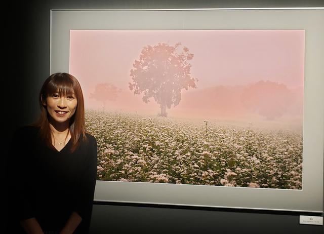 画像: 人気風景写真家の米 美知子さん。 私は、福島県の幻想的なピンク色と朝靄と、そばの花畑の美しさにただただ感動していました!