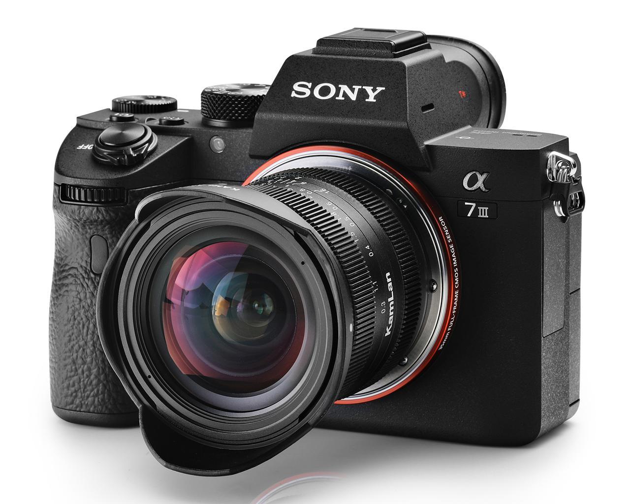 画像: 装着イメージ。なおレンズはAPS-C専用なので、フルサイズカメラではクロップすることになる。
