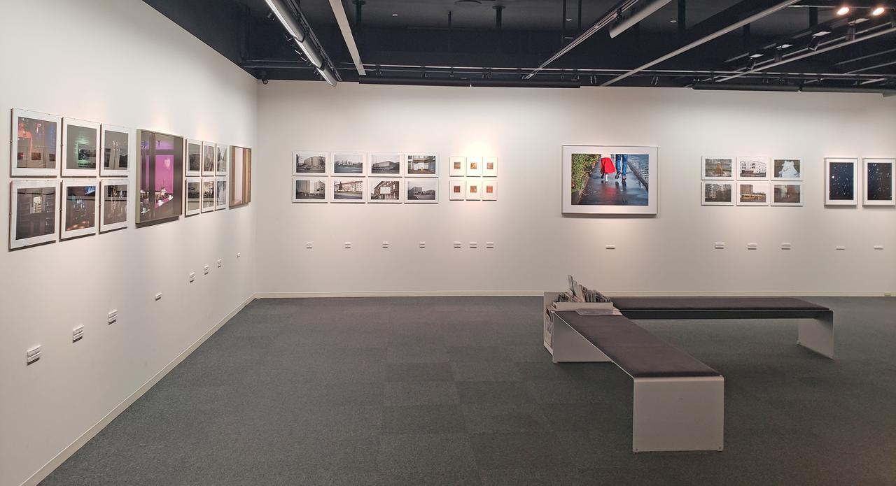 画像: 展示風景。会場には69点の作品が展示されています。飯沼さんはこれまで国内外問わず、個展を開催、またグループ展に参加されていますが、今までで一番多くの作品を展示されているそうです。
