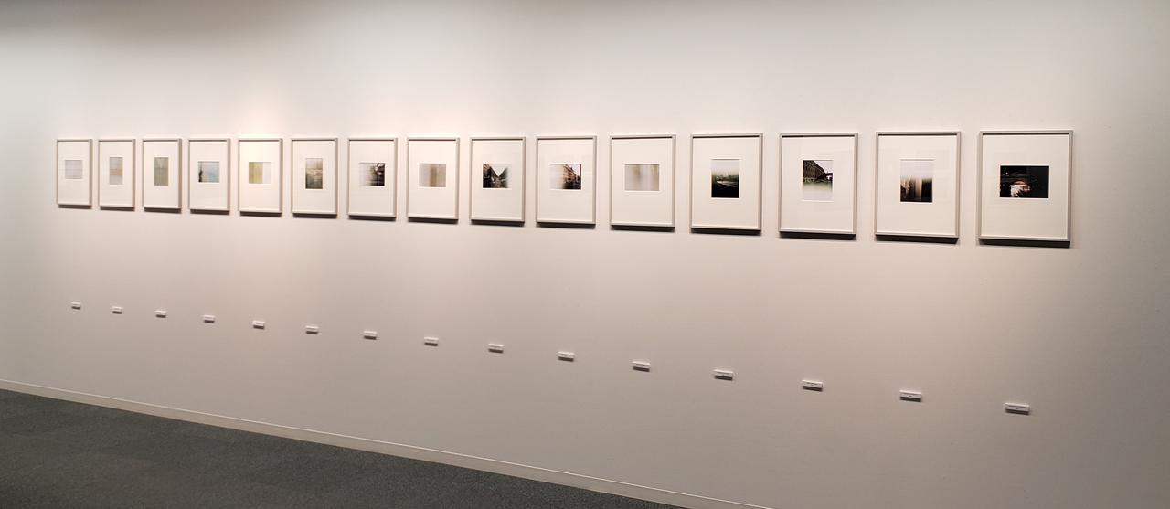 画像: 「JAPAN IN DER DDR ー 東ドイツにみつけた三軒の日本の家」は、飯沼さんが、鹿島建設が東ドイツより受注、建設した三軒の高級ホテルにまつわる作品を5つの章にまとめあげたプロジェクトとして発表。 ここに展示されている作品群は「4章 二度消された記憶」より。