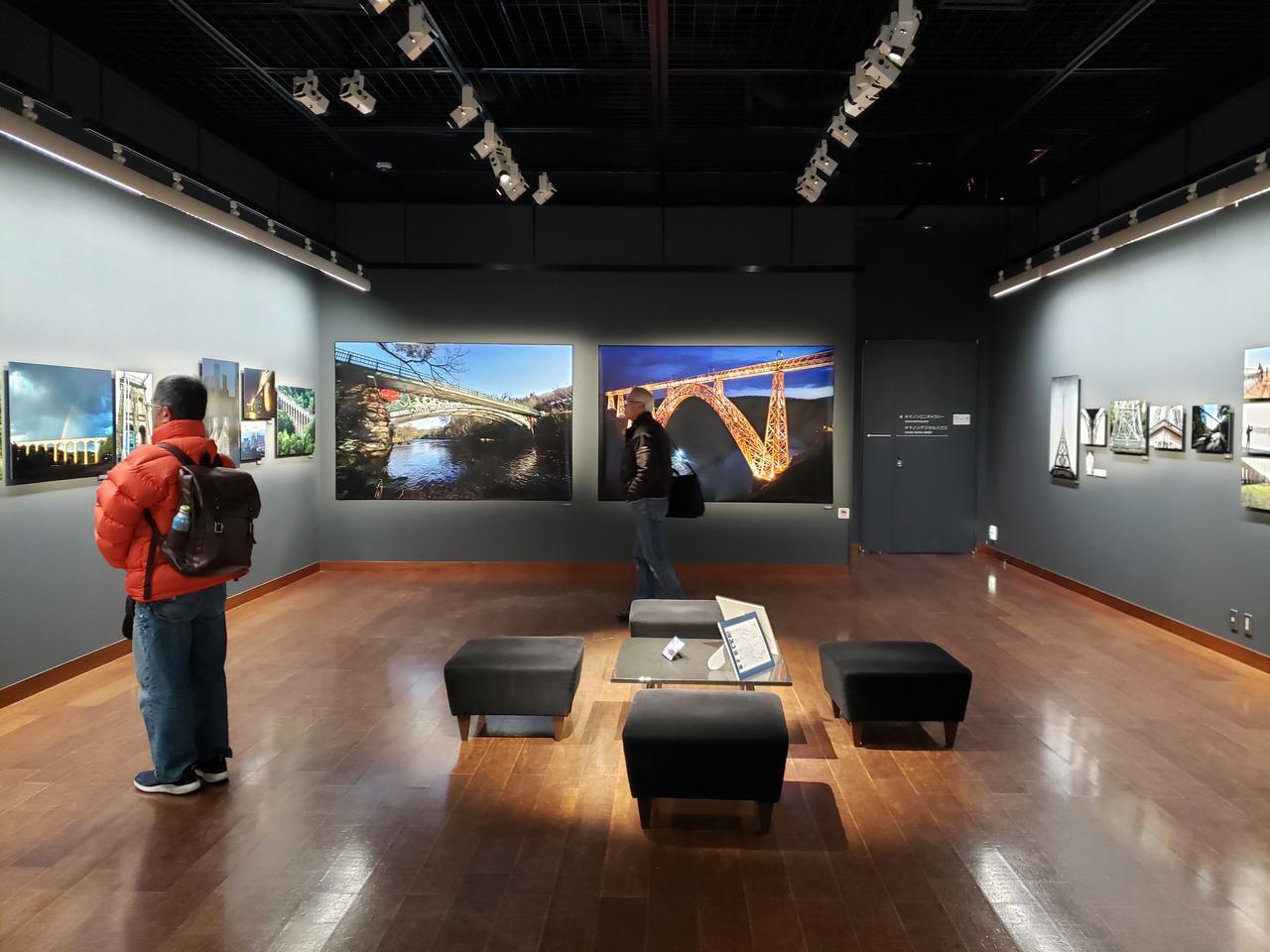 画像: 会場風景。会場には、近藤さんが約5年をかけて、フランスとイギリスを旅し撮影した美しい橋の作品が展示されています。