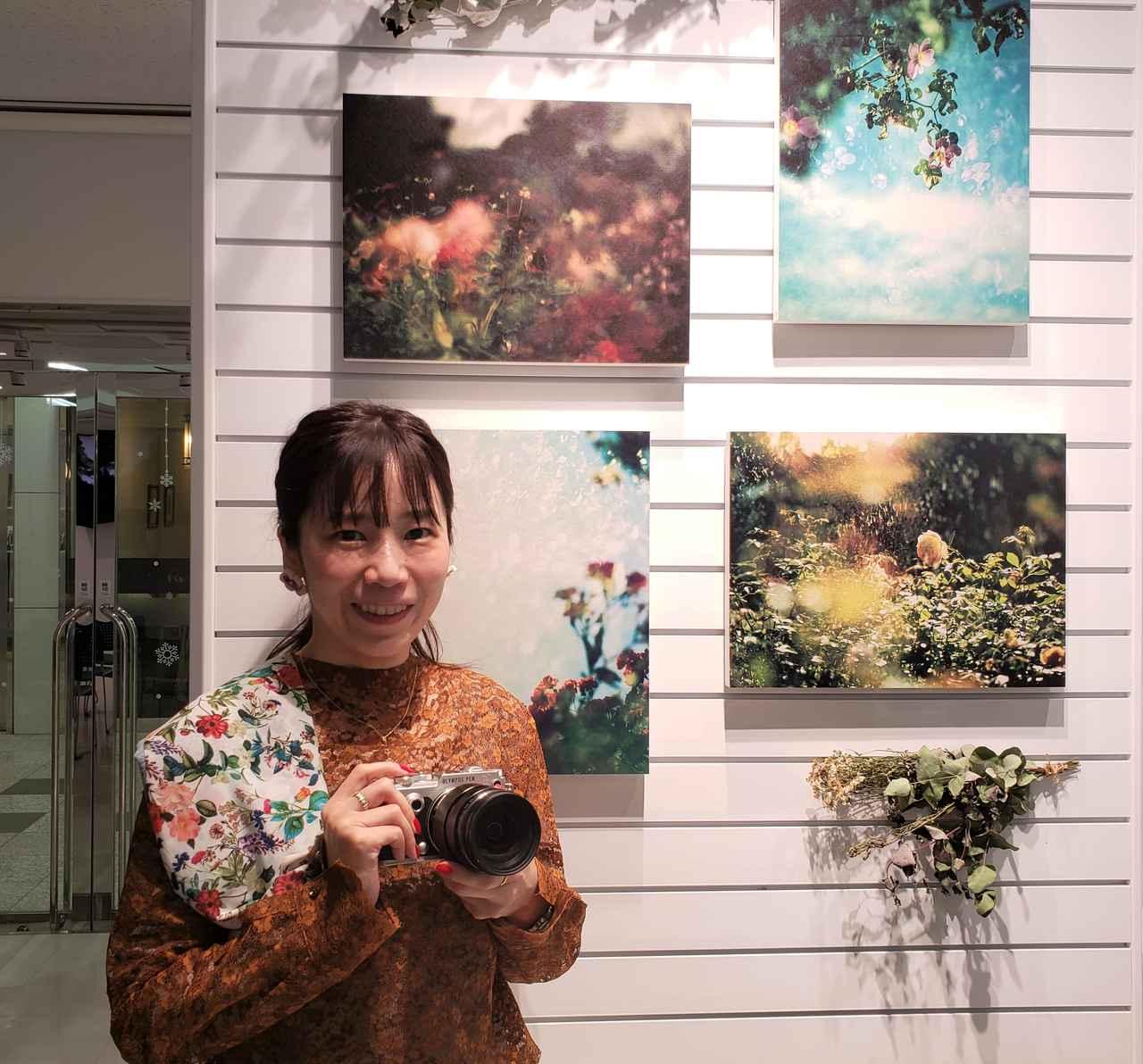 画像: 写真家 市ノ川倫子さん。歴史のあるものや言葉、アートもファッションも大好きという市ノ川さんは、平日は、会社員として働きながら、週末の時間を使って作品を撮り続けているそうです。