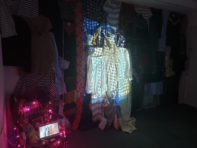 画像: 会場には様々な色柄の洋服や化粧品、車椅子など、雅代さんの死後、義弟より勝又さんに送られてきた遺品の一部も展示されています。