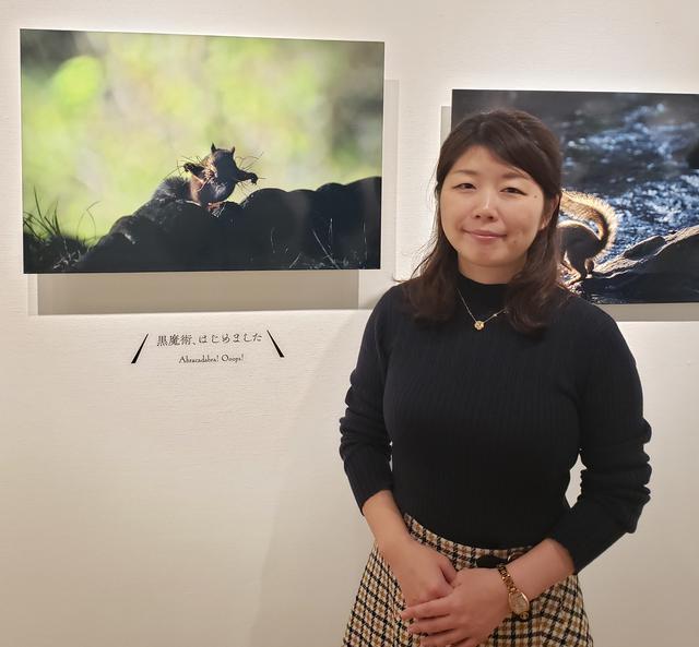 画像: アマチュア動物写真家、原田佳実さん。「黒魔術、はじめました」と、リスが巣材を咥えて一生懸命運んでいる作品は、会場に足を運ばれた皆さんからも、とても人気が高いそうです。