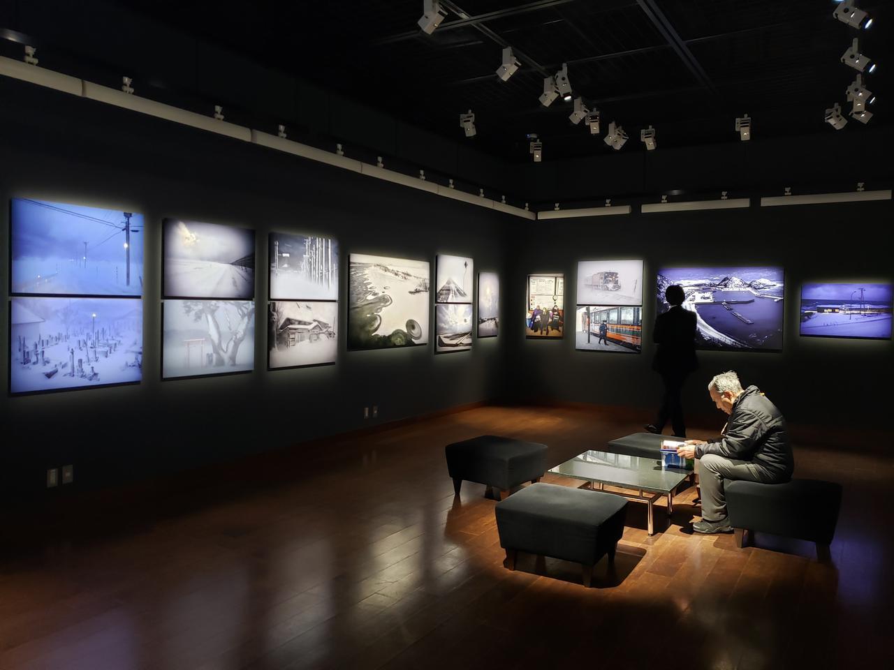 画像: 会場では、和田さんが写真家生活45年の集大成として、青森県の四季折々の限りなく素晴らしい風景を撮影し、約100万カットの中から188点を厳選したという写真集「青森はいつも美しい 美景周遊」(2017年·東奥日報社刊)も販売中です。