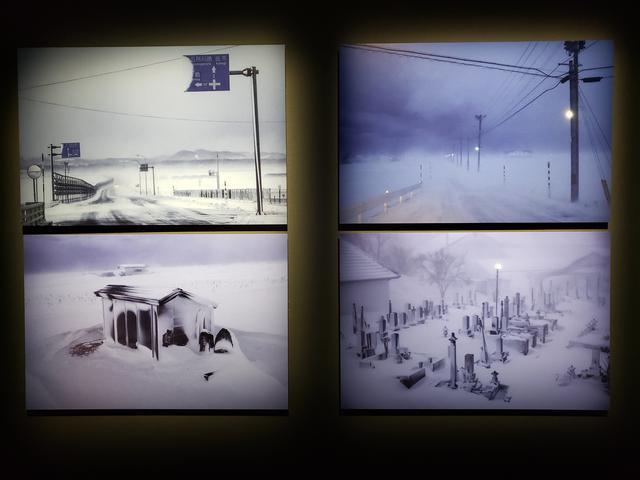 画像: 展示作品より。雪が降り、空気も凍り、空も沈黙を通すほどの極寒の津軽。どこまでも続く白い世界の中で、青森を知り尽くし撮り続ける和田さんだからこそ、出会うことのできる「ふゆのいろ」、そしてその地でたくましく温かく生きる人たちを切り撮った作品36点が展示されています。